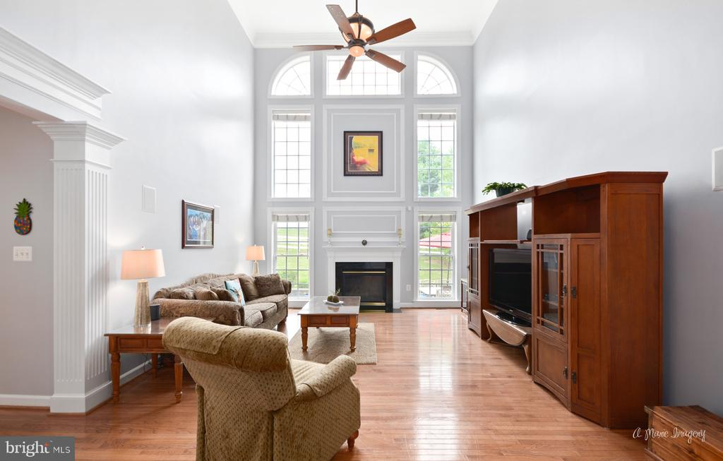 Large Family Room with Gleaming Wall of Windows - 409 GLENBROOK DR, MIDDLETOWN