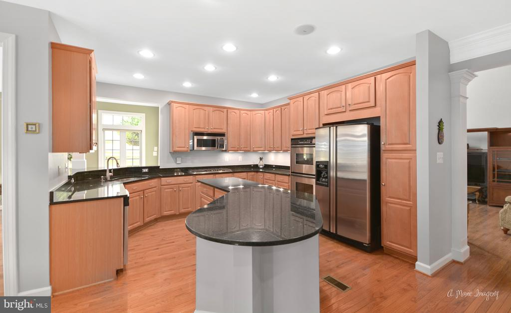 Gourmet Kitchen with Granite, Center Island - 409 GLENBROOK DR, MIDDLETOWN