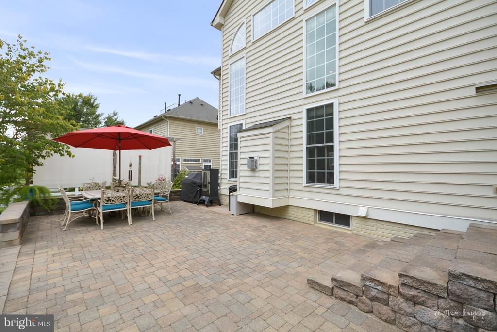 Patio with  Retractable Sun/Privacy Screen - 409 GLENBROOK DR, MIDDLETOWN
