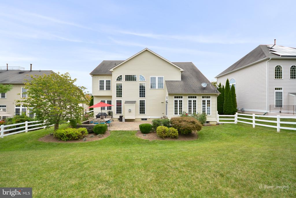 Beautifully Landscaped Backyard - 409 GLENBROOK DR, MIDDLETOWN
