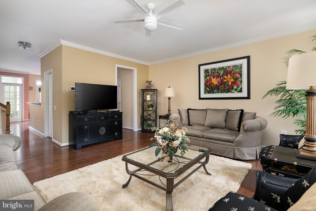 Spacious formal living room with crown molding - 45794 MOUNTAIN PINE SQ, STERLING