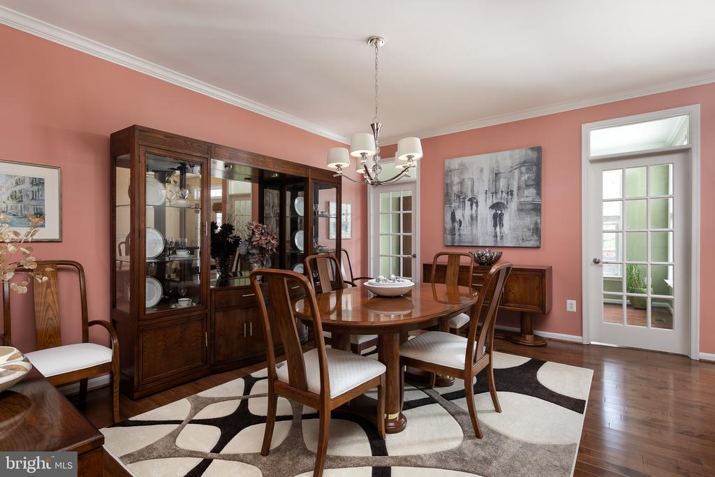 Crown molding and updated lighting in dining room - 45794 MOUNTAIN PINE SQ, STERLING