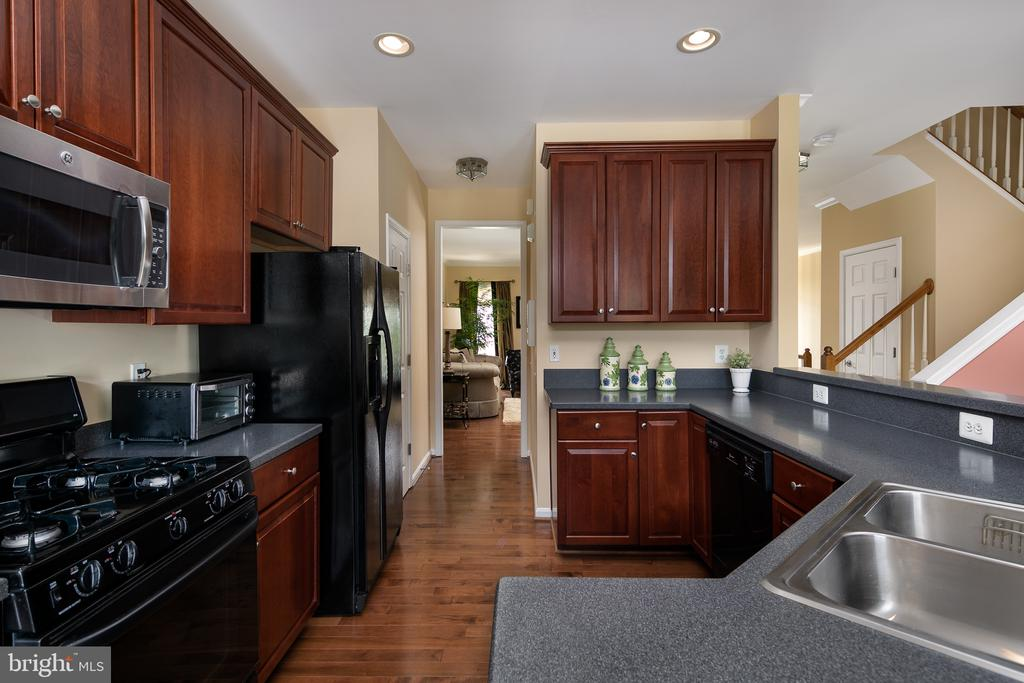 Lovely cherry cabinets and a huge breakfast bar - 45794 MOUNTAIN PINE SQ, STERLING