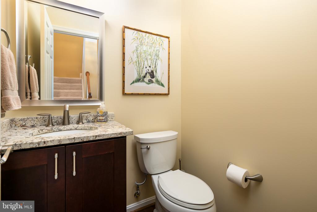 Convenient main level powder room - Updated - 45794 MOUNTAIN PINE SQ, STERLING