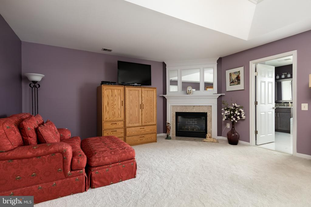 WOW Private sitting room with gas fireplace in MBR - 45794 MOUNTAIN PINE SQ, STERLING