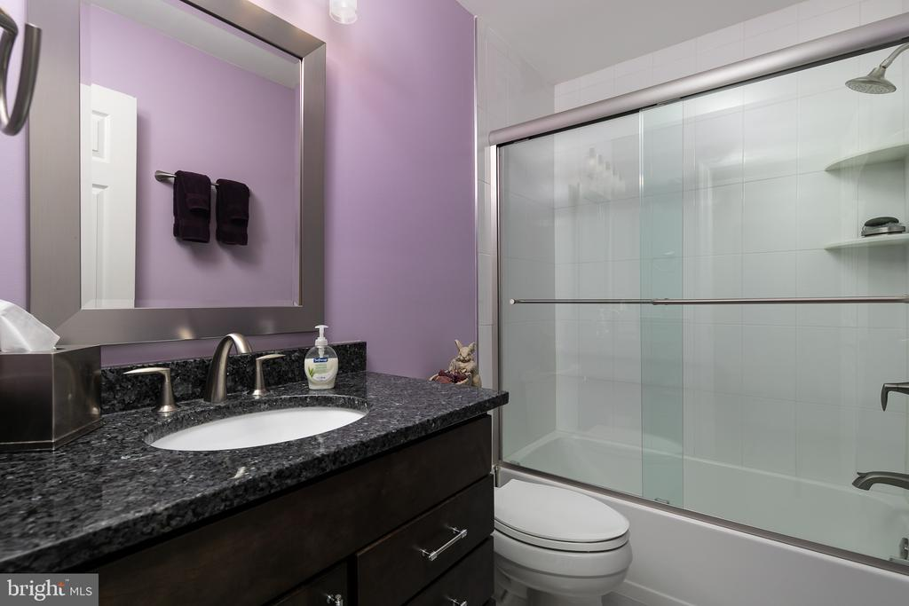Lovely remodeled upper level guest bathroom - 45794 MOUNTAIN PINE SQ, STERLING