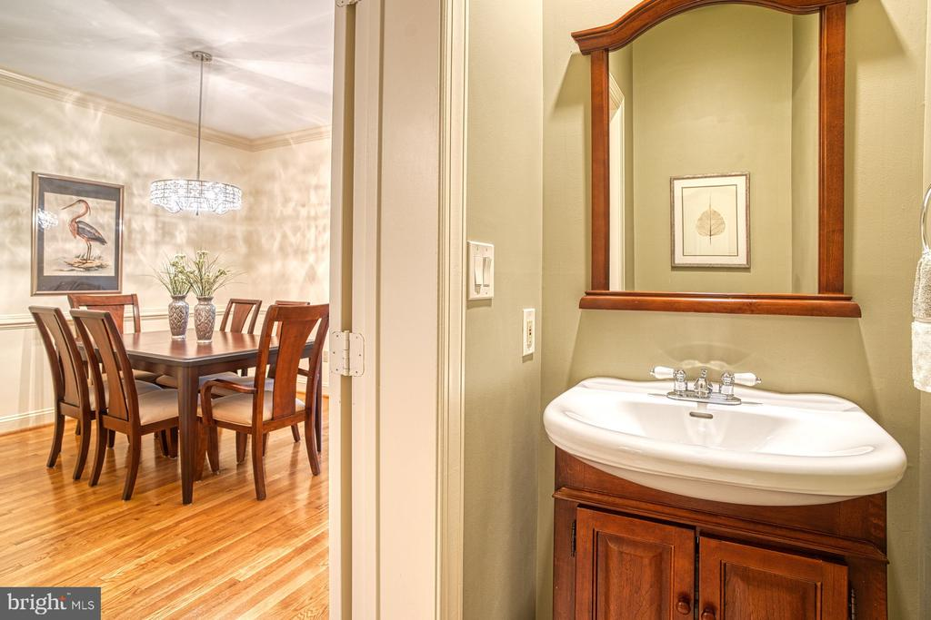 Main level powder room - 1552 N COLONIAL TER, ARLINGTON