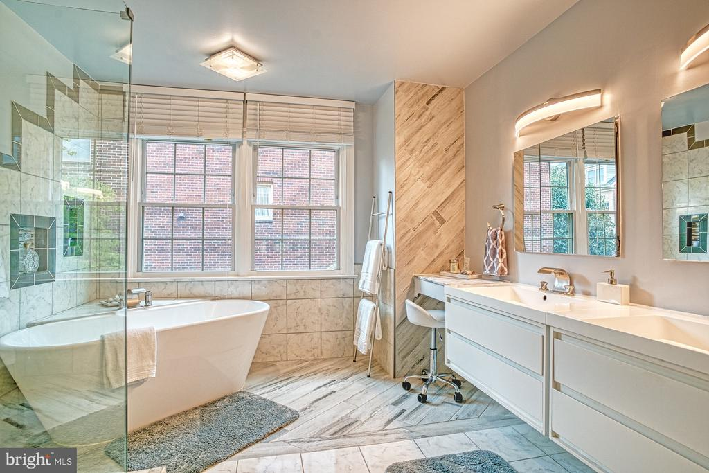 Soaking tub and large shower - 1552 N COLONIAL TER, ARLINGTON