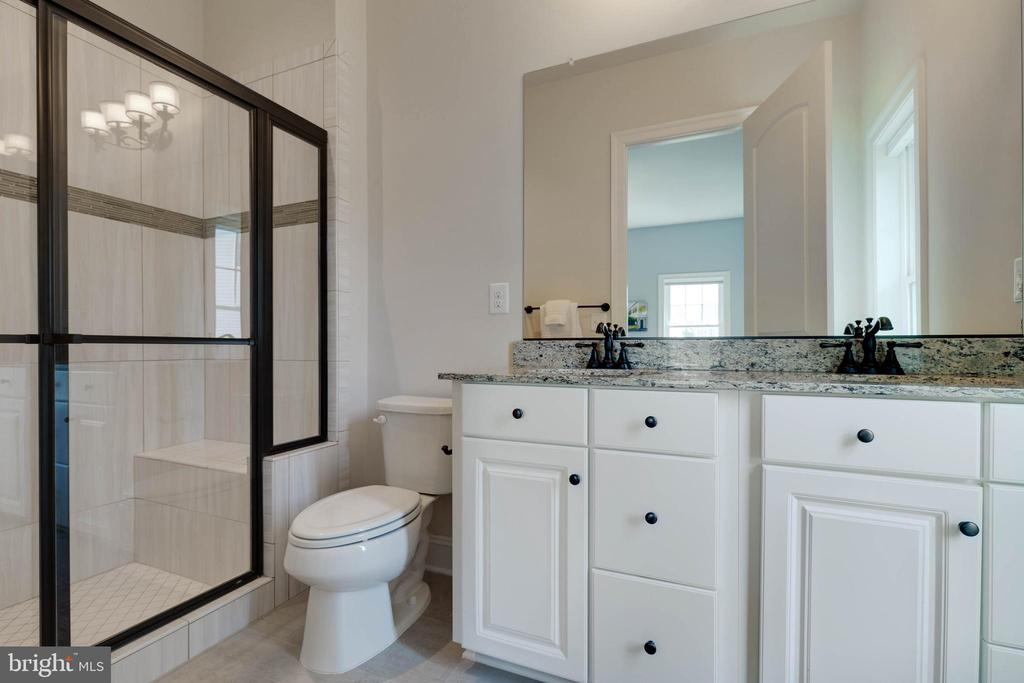 Main Level Full Bathroom - 26479 BARTON PARK CT, CHANTILLY