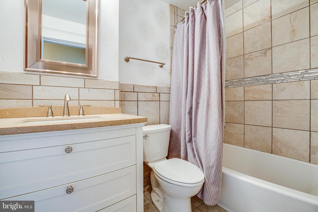 2nd full bath on the upper level - 903 BROMPTON ST, FREDERICKSBURG