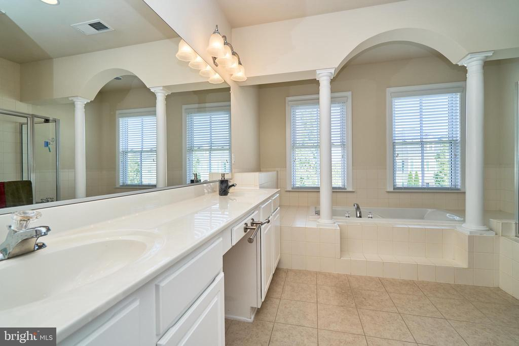 Double sinks - 10828 HENRY ABBOTT RD, BRISTOW