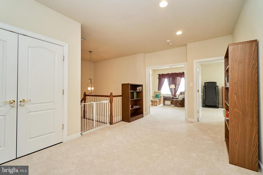 Huge area outside the bedrooms for play or study - 10828 HENRY ABBOTT RD, BRISTOW