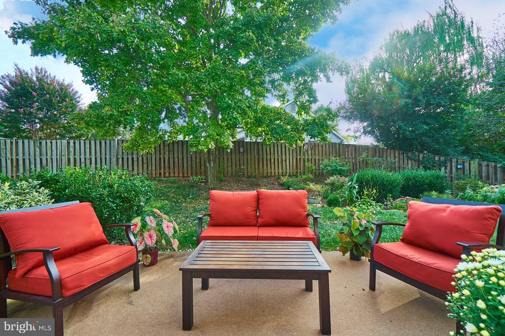 Beautiful backyard with a patio - 14515 WILLIAM CARR LN, CENTREVILLE