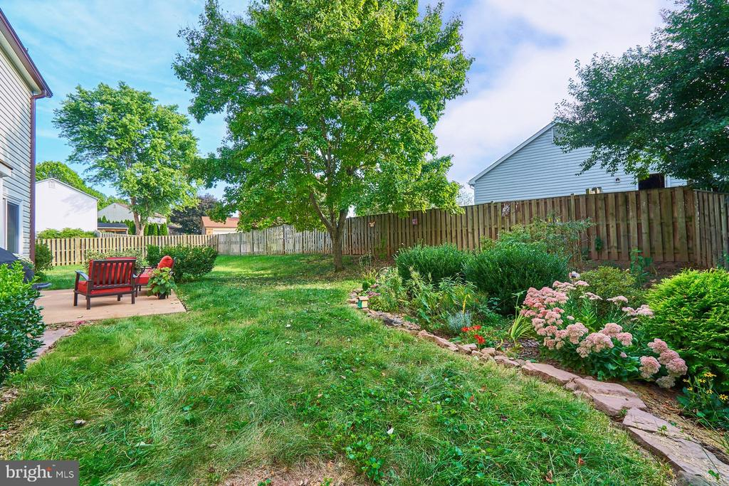 Huge fenced rear yard -plenty of outdoor space! - 14515 WILLIAM CARR LN, CENTREVILLE