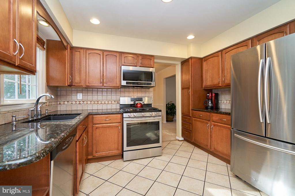 Updated kitchen with ceramic flooring - 14515 WILLIAM CARR LN, CENTREVILLE