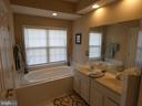 Second level master bath tub and dual sinks - 1524 ARTILLERY TER NE, LEESBURG