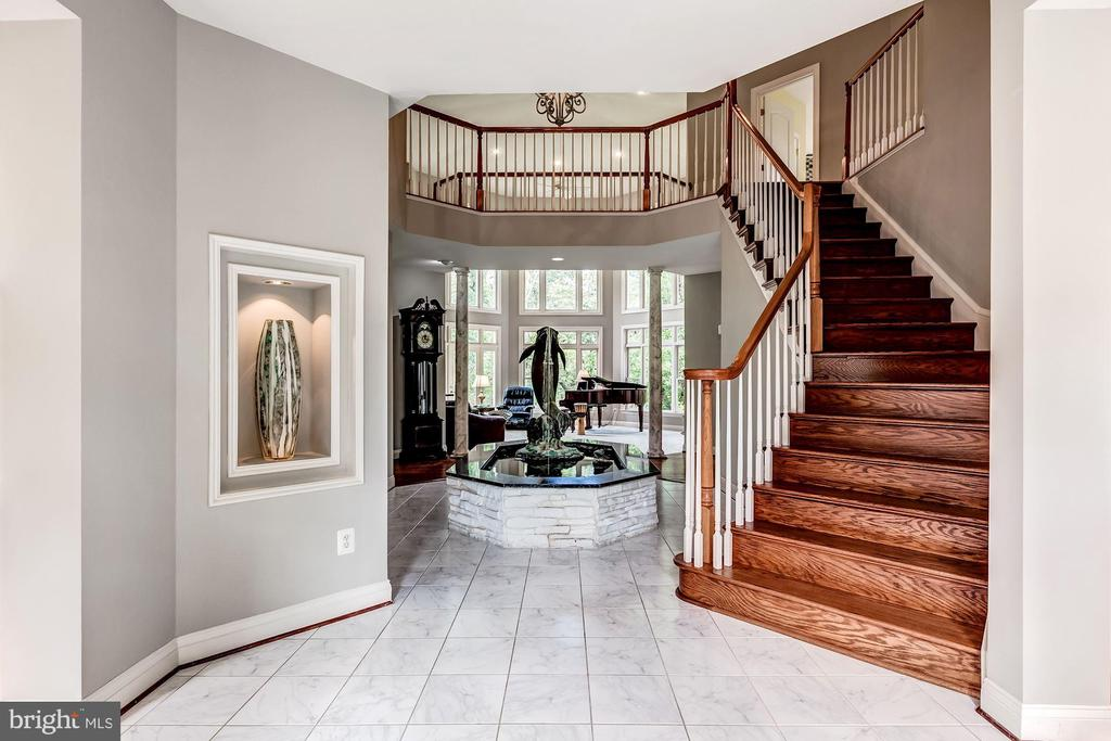2-Story Foyer w/Curved Staircase & Fountain - 43546 FIRESTONE PL, LEESBURG