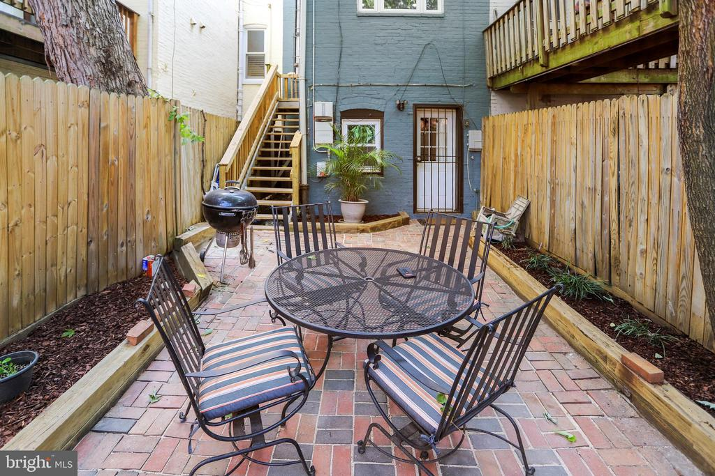 Welcoming outdoor Patio. - 718 F ST NE, WASHINGTON