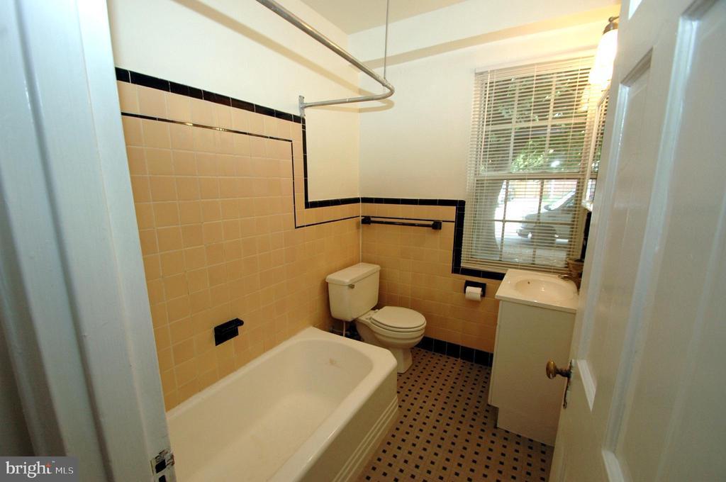 Vintage ceramic tile bathroom - 316 ASHBY ST #D, ALEXANDRIA