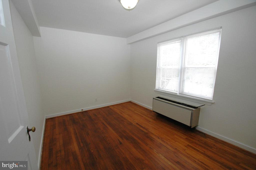 Bedroom with hardwood floors. - 316 ASHBY ST #D, ALEXANDRIA