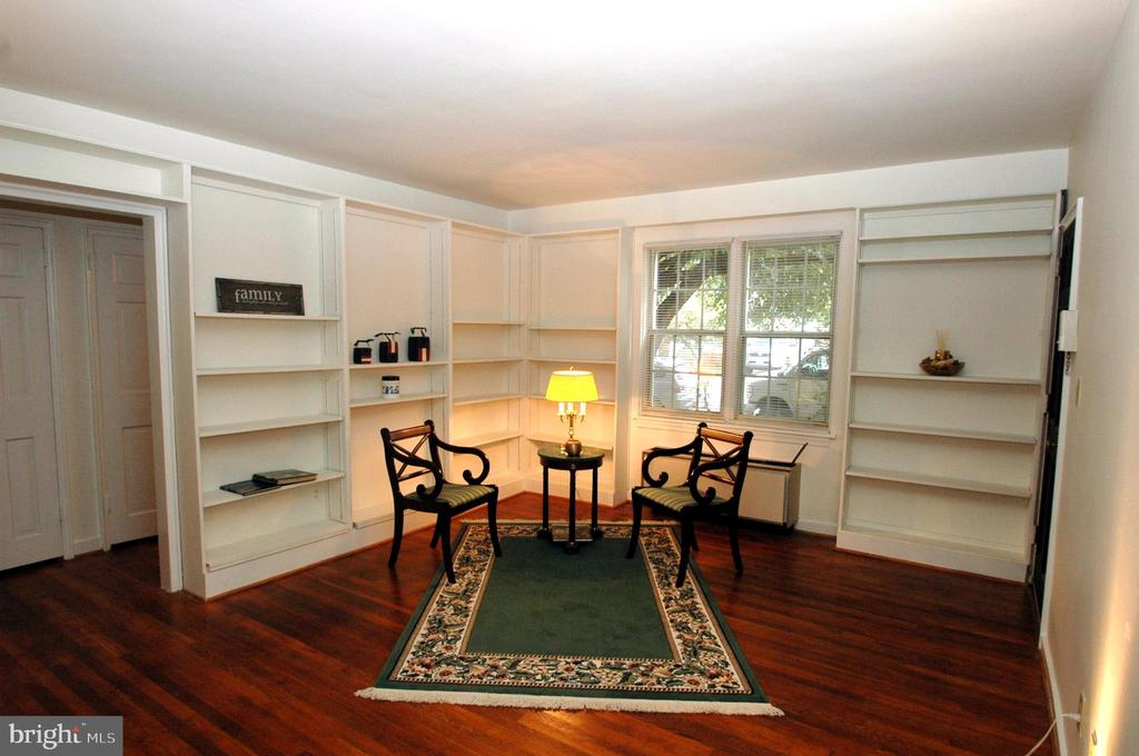 Living room with hardwood floors & built-ins. - 316 ASHBY ST #D, ALEXANDRIA