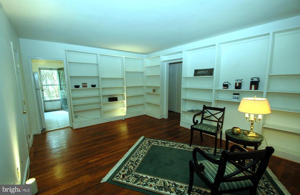 Great storage, large closet left of the kitchen. - 316 ASHBY ST #D, ALEXANDRIA