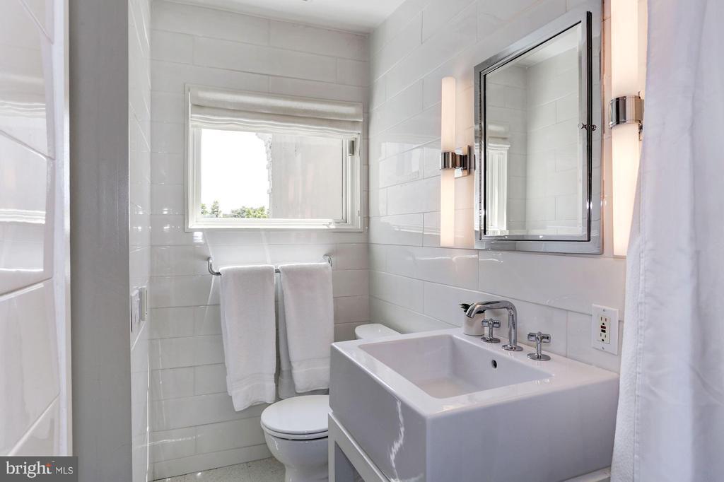 En-suite Bathroom - 1418 33RD ST NW, WASHINGTON