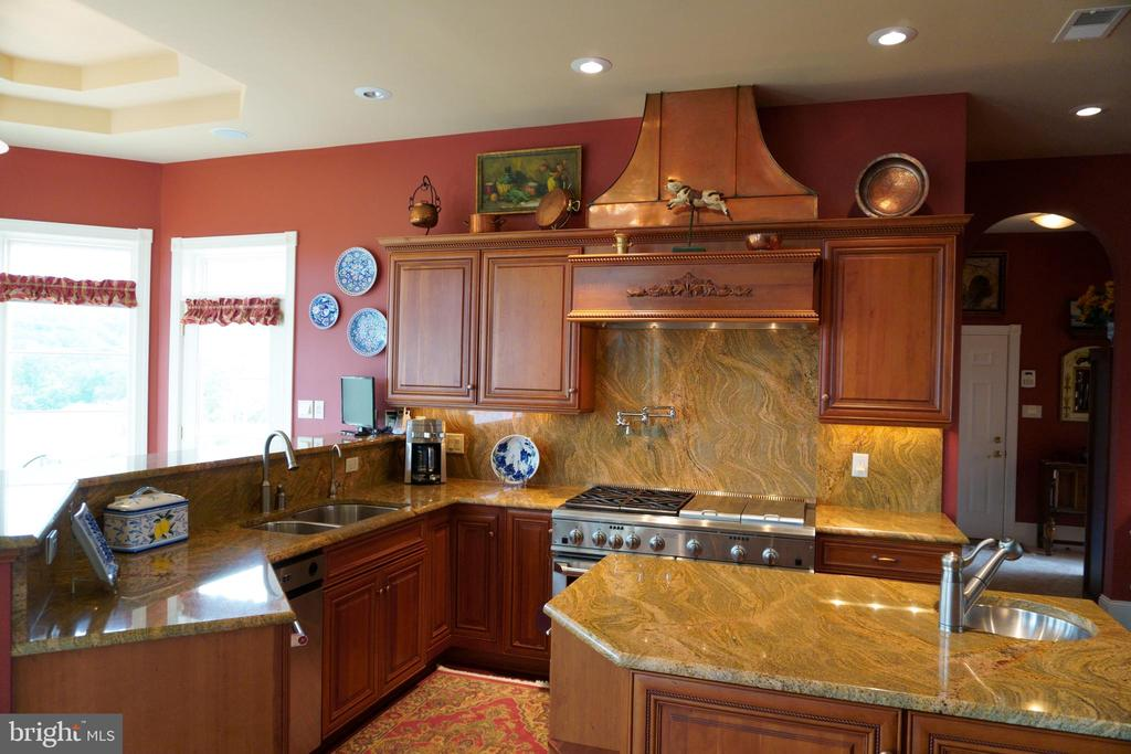 Swirling pattern of granite backsplash & counters - 120 QUAIL LN, NEW MARKET