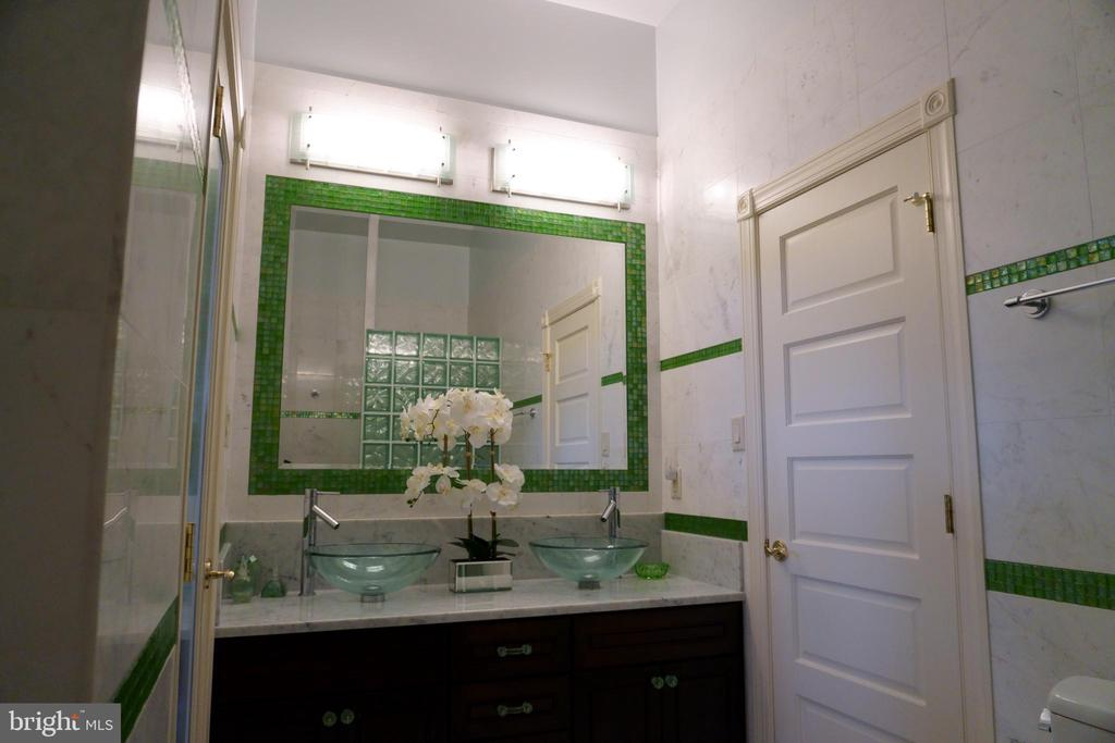 Stunning green glass iridescent tile accents - 120 QUAIL LN, NEW MARKET
