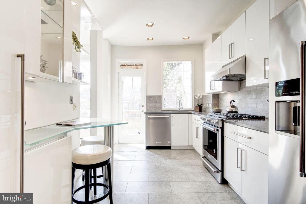 Kitchen w/Breakfast Bar - 1752 LAMONT ST NW, WASHINGTON