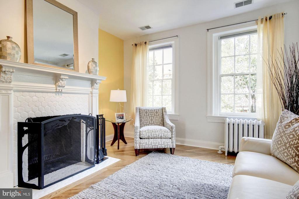 Master Bedroom Sitting Area w/fireplace - 1752 LAMONT ST NW, WASHINGTON