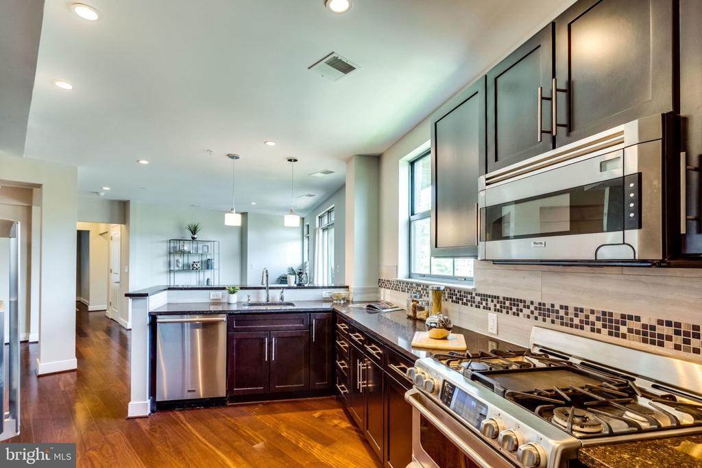 Stunning Chef's Kitchen with Top-of-line appls - 2702 LEE HWY #3B, ARLINGTON