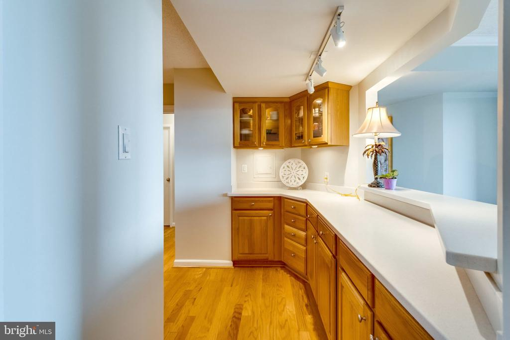 Lots of Counter Space - 3800 FAIRFAX DR #704, ARLINGTON