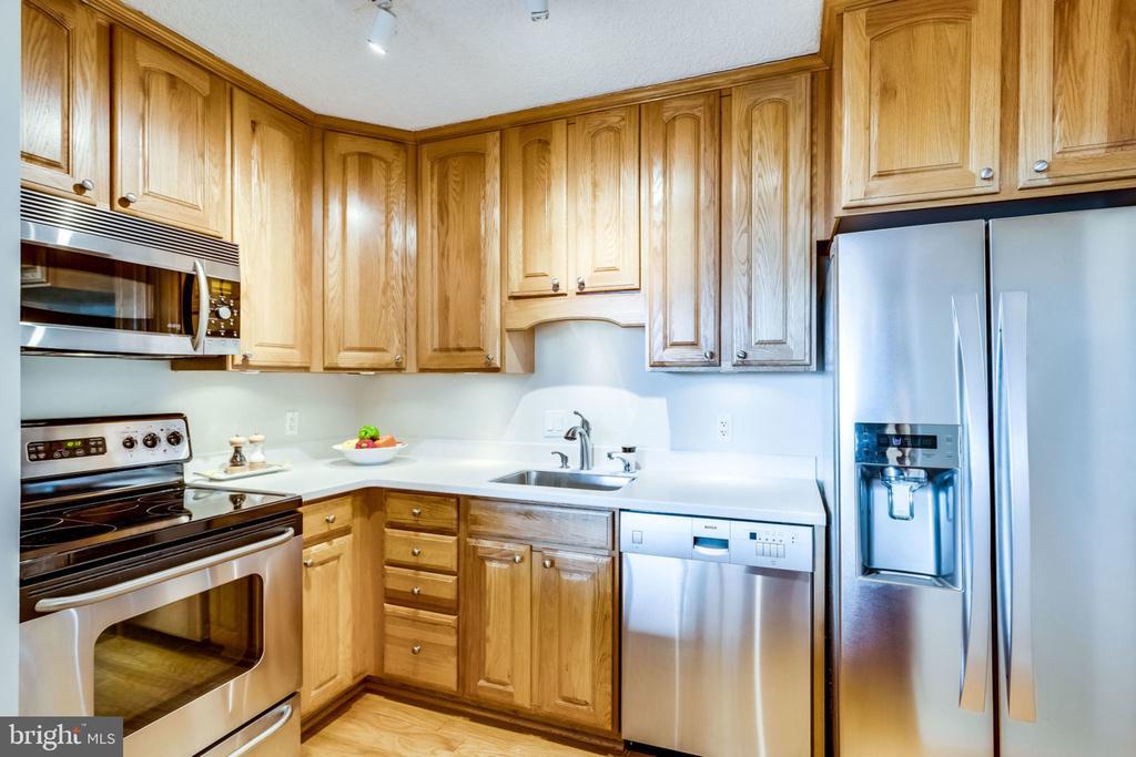 Up-to-Date Kitchen - 3800 FAIRFAX DR #704, ARLINGTON
