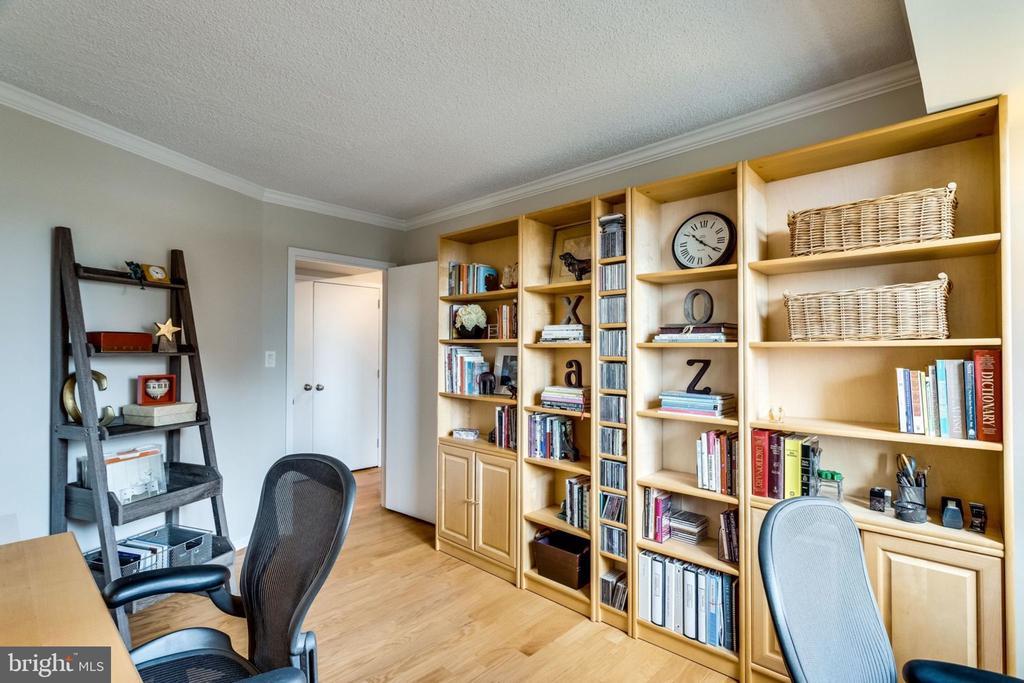 Bedroom #3/Den/Study/Office - Great Wall Space - 3800 FAIRFAX DR #704, ARLINGTON