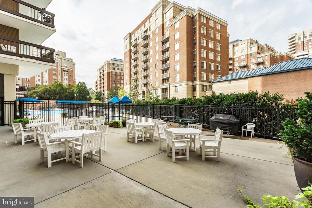 Patio BBQ Grill Adjacent to Pool & Fitness Center - 3800 FAIRFAX DR #704, ARLINGTON