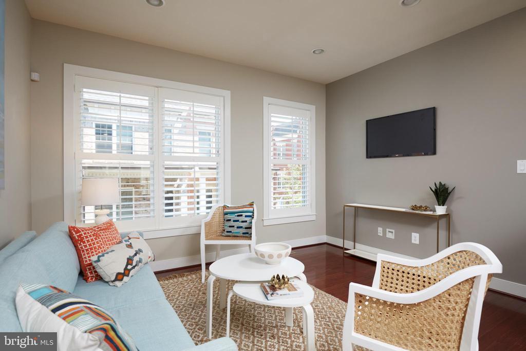 Large Living Room - 549 REGENT PL NE, WASHINGTON