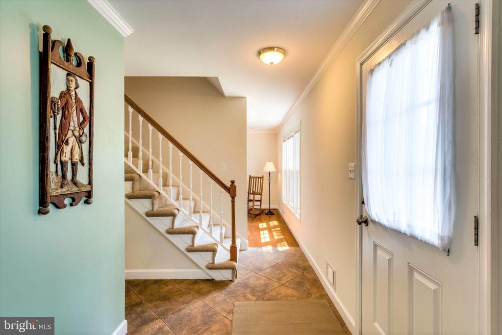 Spacious tiled foyer - 6411 WYNGATE DR, SPRINGFIELD