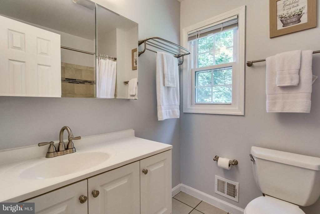 Updated hall bathroom - 6411 WYNGATE DR, SPRINGFIELD