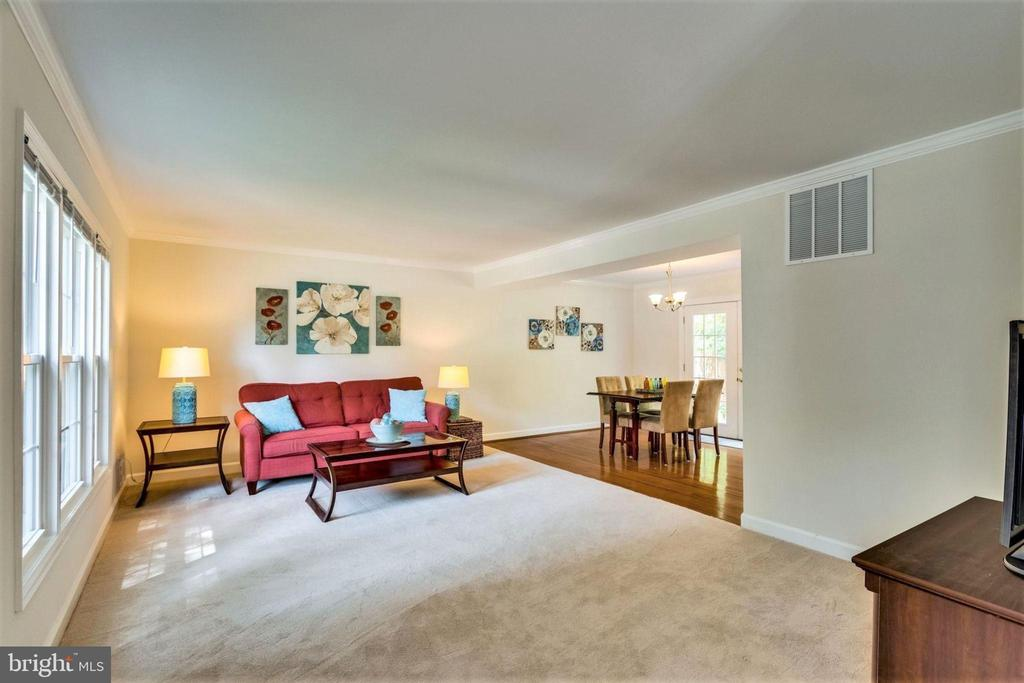 Expansive living room for entertaining - 6411 WYNGATE DR, SPRINGFIELD