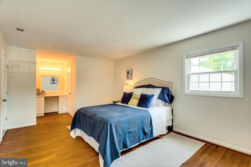 Expansive space for king size bed and furnishings - 6411 WYNGATE DR, SPRINGFIELD