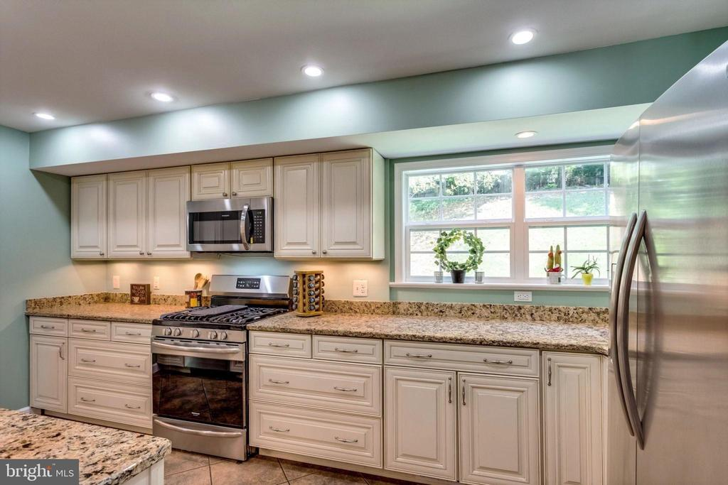 Bright updated kitchen, soft close cabinets, - 6411 WYNGATE DR, SPRINGFIELD
