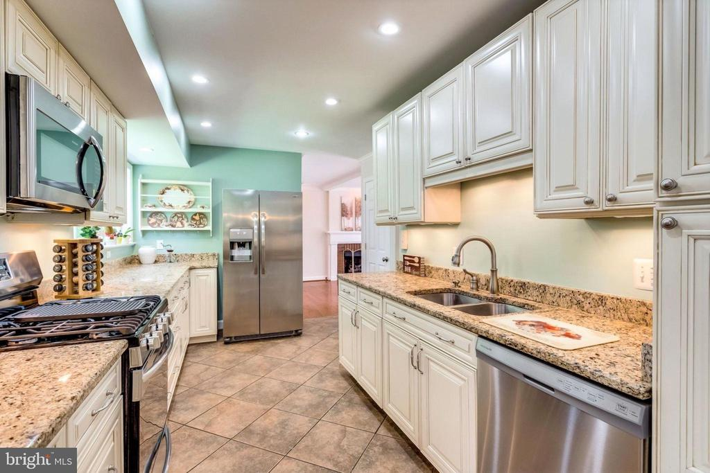 Efficient galley w/ lots of granite counterspace - 6411 WYNGATE DR, SPRINGFIELD