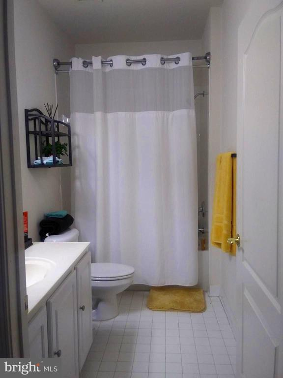 Bathroom 1 with Shower & Tub - 44 HIGHLANDER DR, FREDERICKSBURG
