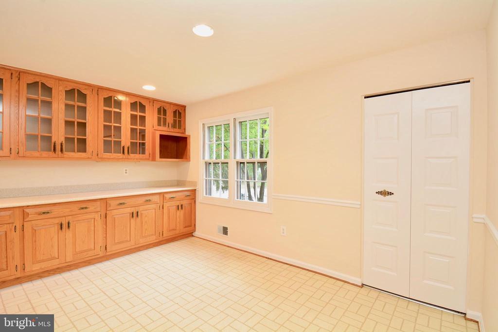 Kitchen/eating area - 7002 SPRINGFIELD VILLAGE CT, SPRINGFIELD