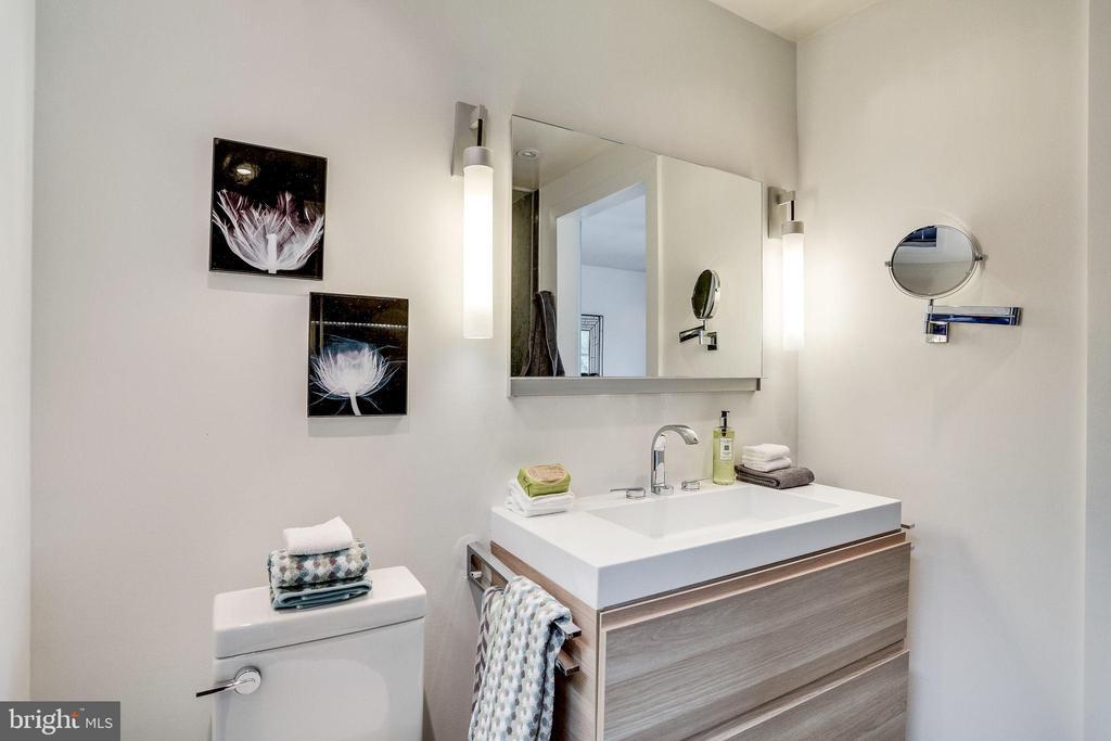En Suite Bath - 1544 8TH ST NW, WASHINGTON