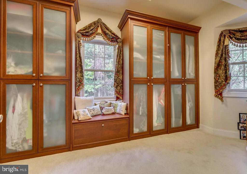 Master Closet with Built-ins - 30 MERIDAN LN, STAFFORD