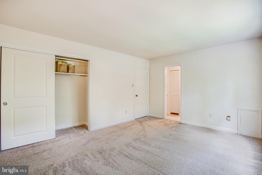 Master Bedroom & adjoining bathroom - 4 EDGEWOOD CIR, FREDERICKSBURG