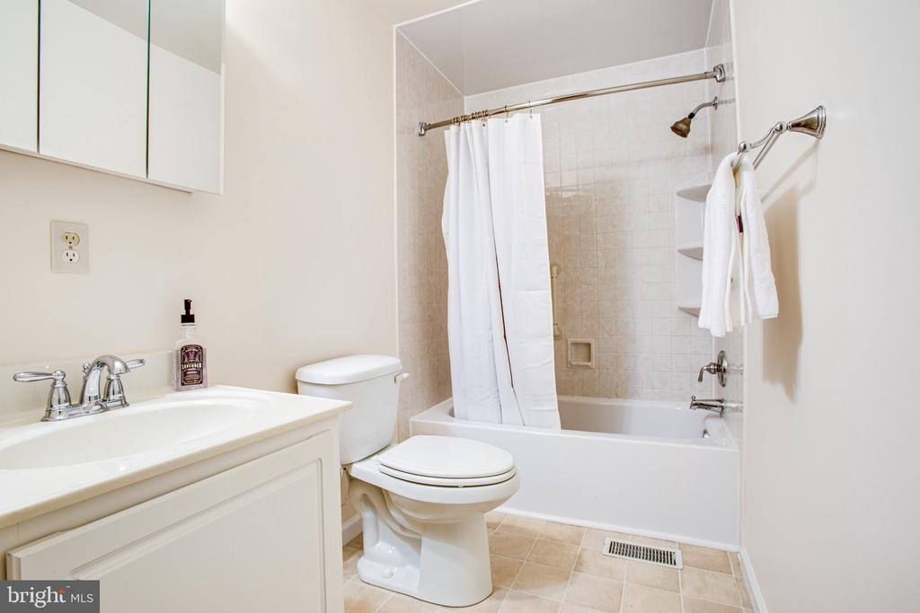 Upper level full bath - 4 EDGEWOOD CIR, FREDERICKSBURG