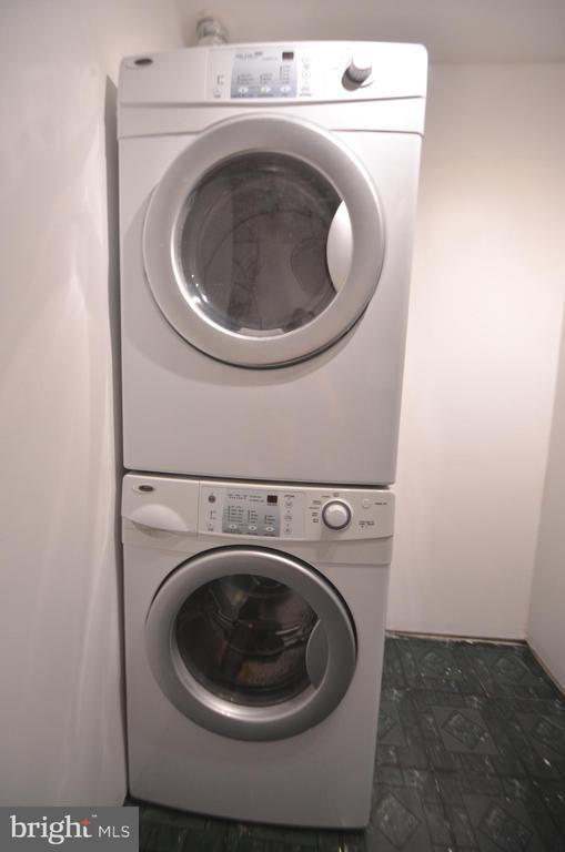 Utility room with front load washer and dryer - 404 GREEAR PL, HERNDON